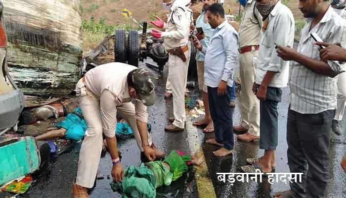 Photo of बाइक पर पलटा हाईवा, 2 मासूम बच्चों समेत चार की मौत
