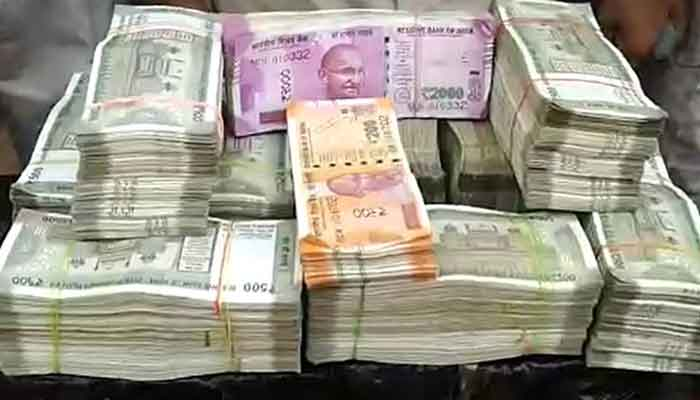 Hawala Networ Bag filled with Rs 25 lakh in Jabalpur bags of notes were found