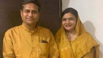 Photo of 'भारत माता की जय' के उद्घोष से नाराज हुए भाजपा विधायक के पति, छात्रों से ज्ञापन तक लेने से कर दिया इंकार, देशभक्ति का सर्टिफिकेट इसी पार्टी के लोग बांटते हैं