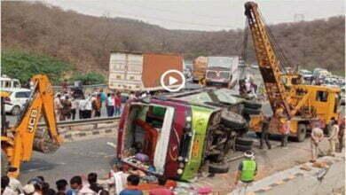 Photo of Dehli से MP के छतरपुर आ रही बस पलटी, कई मजदूरों की हुई मौत